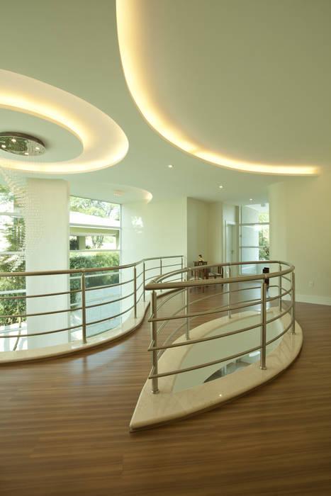 Casa Refúgio da Mata Corredores, halls e escadas modernos por Arquiteto Aquiles Nícolas Kílaris Moderno