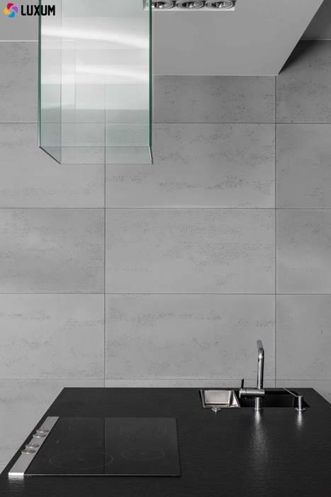 Ściana z betonu: styl , w kategorii Kuchnia zaprojektowany przez Luxum