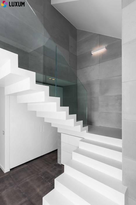 Płyty z betonu na ściany: styl , w kategorii Ściany zaprojektowany przez Luxum