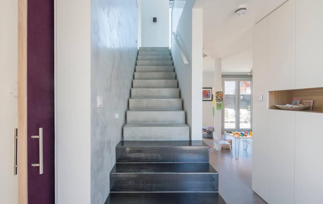 Pasillos, vestíbulos y escaleras de estilo minimalista de Architect2GO Minimalista