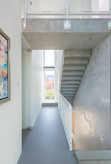 Prefab betonnen trappen en loopbrug:  Gang en hal door Architect2GO