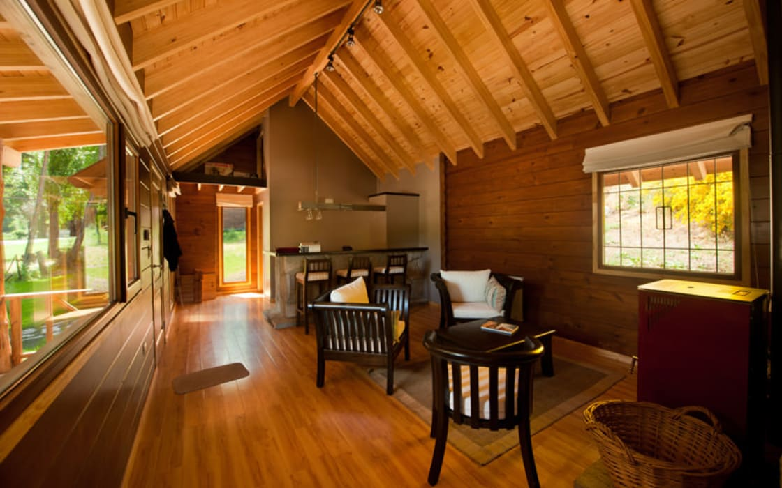 Esszimmer im Landhausstil von Patagonia Log Homes - Arquitectos - Neuquén Landhaus Holz Holznachbildung