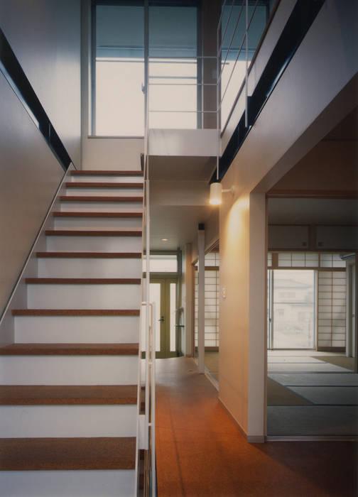 通り庭・階段 原 空間工作所 HARA Urban Space Factory オリジナルスタイルの 玄関&廊下&階段 鉄/鋼 白色