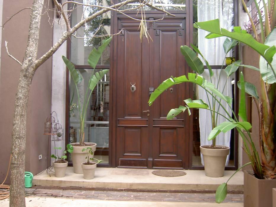 patio de entrada: Jardines de estilo  por BAIRES GREEN MUEBLES