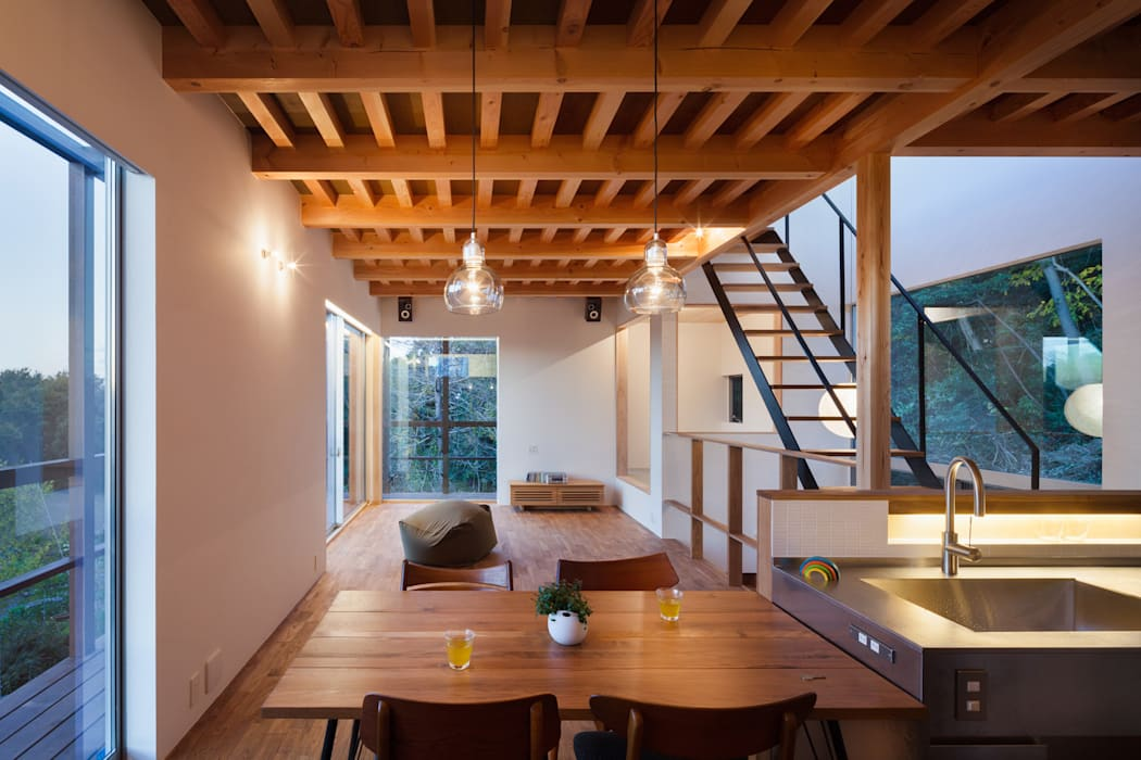 2階ダイニング夜景: HAN環境・建築設計事務所が手掛けたダイニングです。