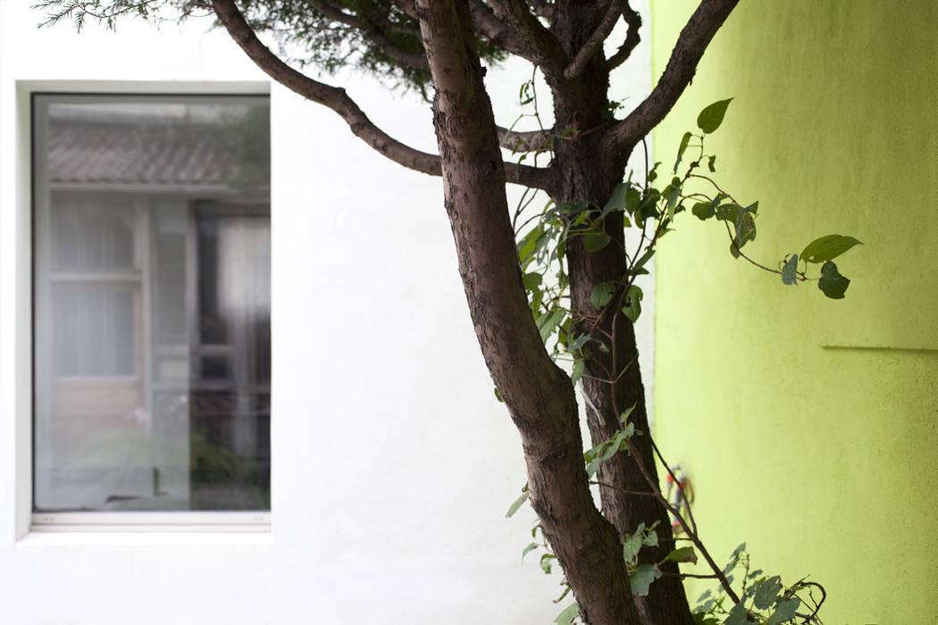 L'extérieur: Jardin de style  par MELANIE LALLEMAND ARCHITECTURES