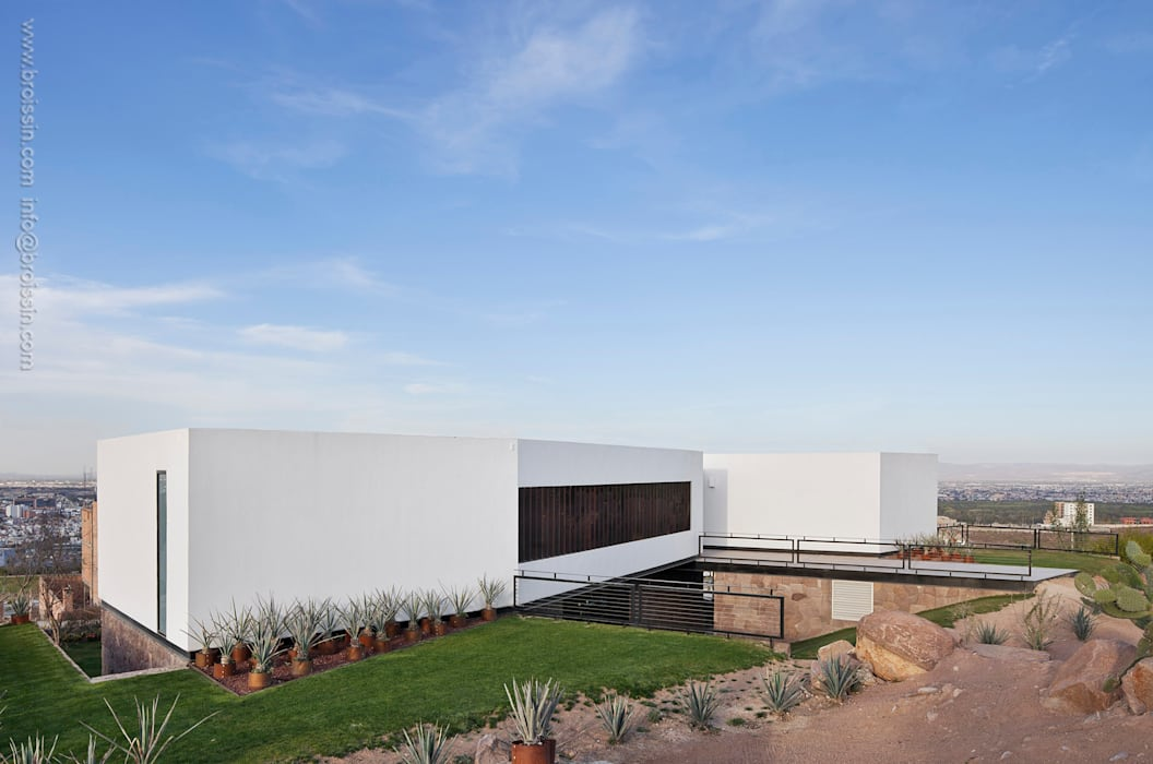Fachada sur: Casas de estilo moderno por BROISSIN