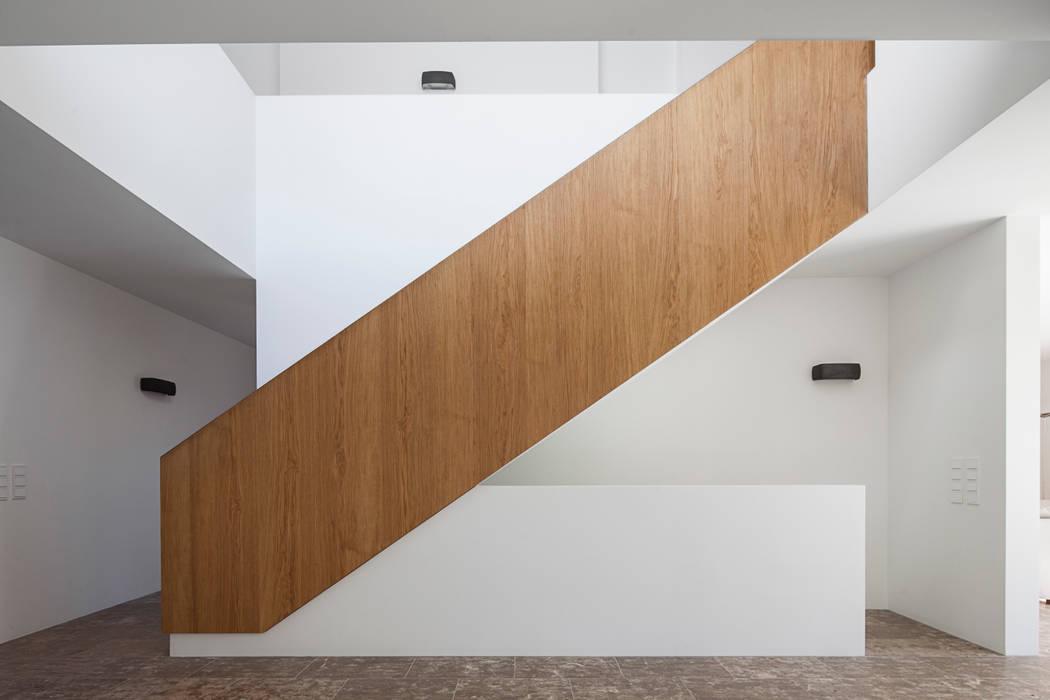Nowoczesny korytarz, przedpokój i schody od Unterlandstättner Architekten Nowoczesny