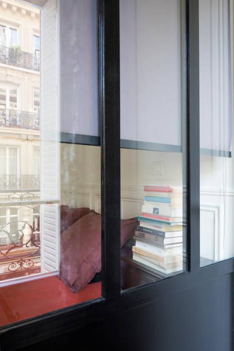 Appartement Haussmannien: Couloir et hall d'entrée de style  par MELANIE LALLEMAND ARCHITECTURES
