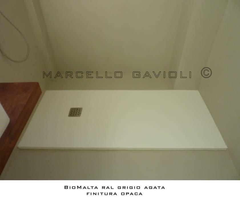 BioMalta - Bagno resina colore RAL 7038 Grigio Agata: Bagno in stile in stile Moderno di Marcello Gavioli