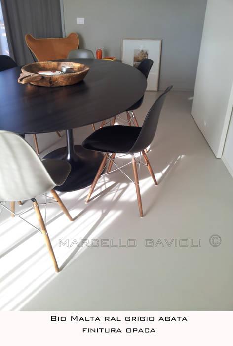 BioMalta - Pavimento resina colore RAL 7038 Grigio Agata: Sala da pranzo in stile in stile Moderno di Marcello Gavioli