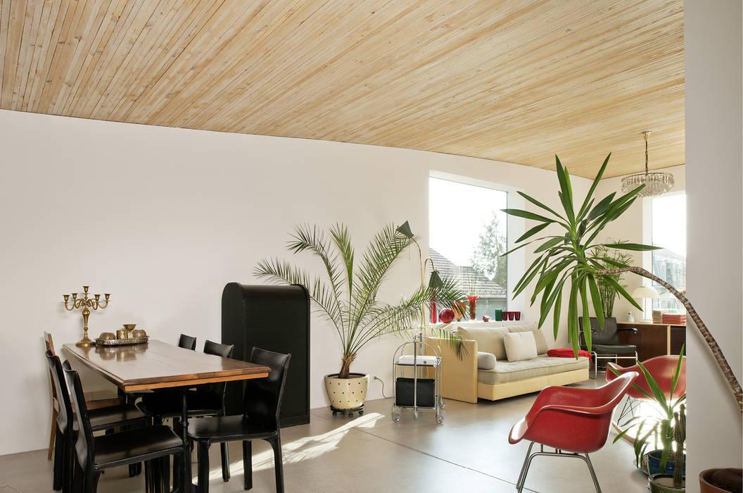 Salas / recibidores de estilo  por LENGACHER EMMENEGGER PARTNER AG, Moderno