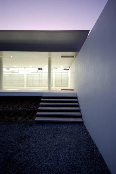 Modern corridor, hallway & stairs by 門一級建築士事務所 Modern Glass