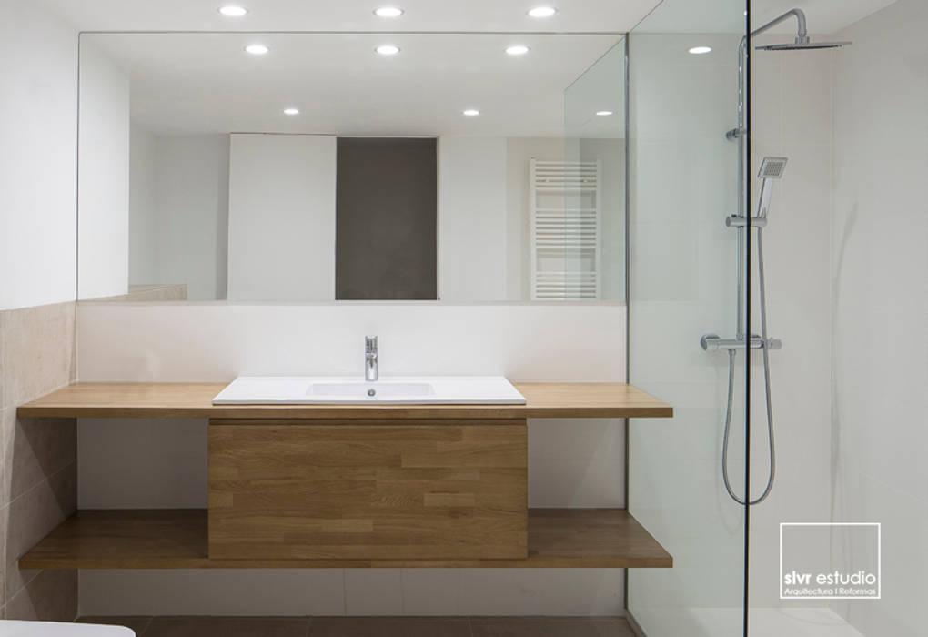 Salle de bains de style  par slvr estudio