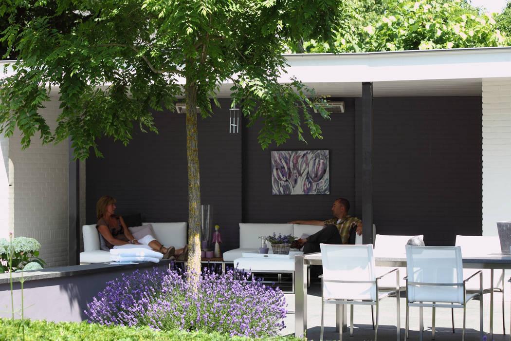 Overkapping verbindt de gebouwen:  Tuin door Stoop Tuinen