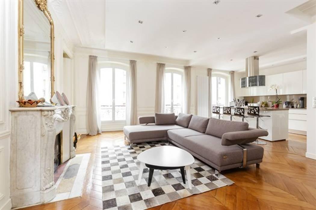 Interaction entre design moderne et éléments classiques  - Photo: Sébastian Erras: Salle à manger de style  par QUID Architecture