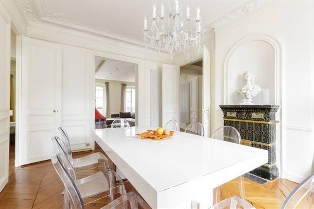 Interaction entre design moderne et éléments classiques - Photo: Sébastian Erras: Salle à manger de style de style Moderne par QUID Architecture