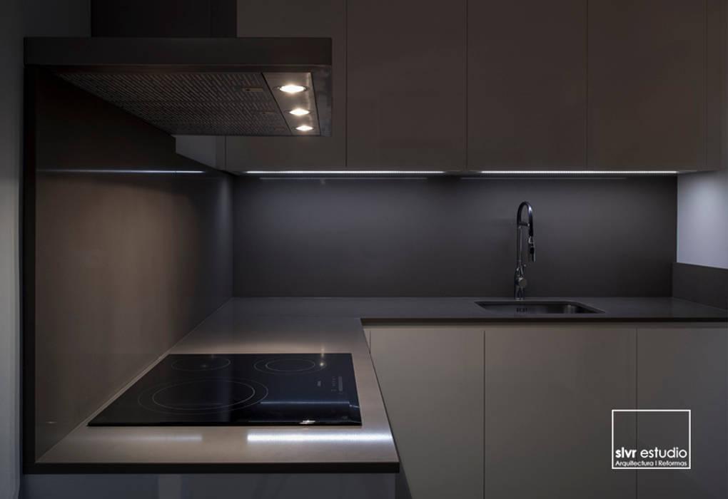 Casa M&R: Cocinas de estilo  de slvr estudio, Minimalista
