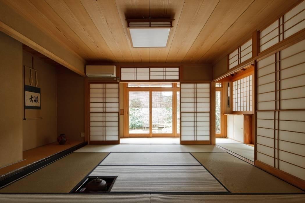 既存茶室棟 和風デザインの 多目的室 の 忘蹄庵建築設計室 和風