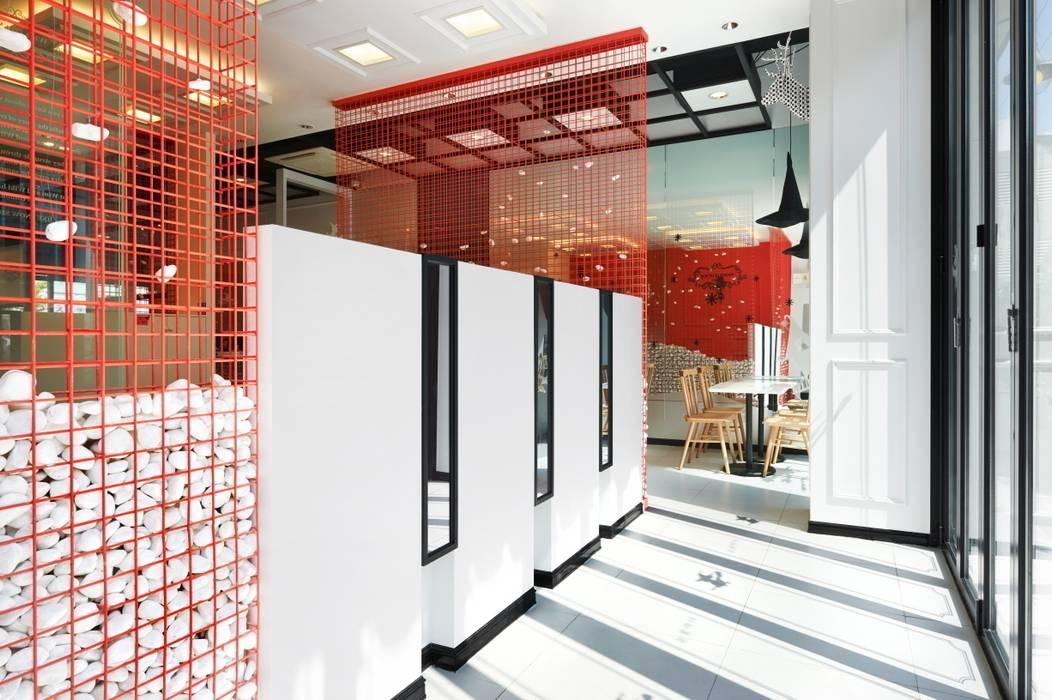 게비온으로 단상의 공간을 구분: Design m4의  상업 공간