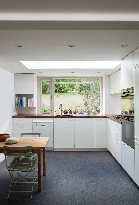 Private House in Epsom, Surrey Francesco Pierazzi Architects 現代廚房設計點子、靈感&圖片 White