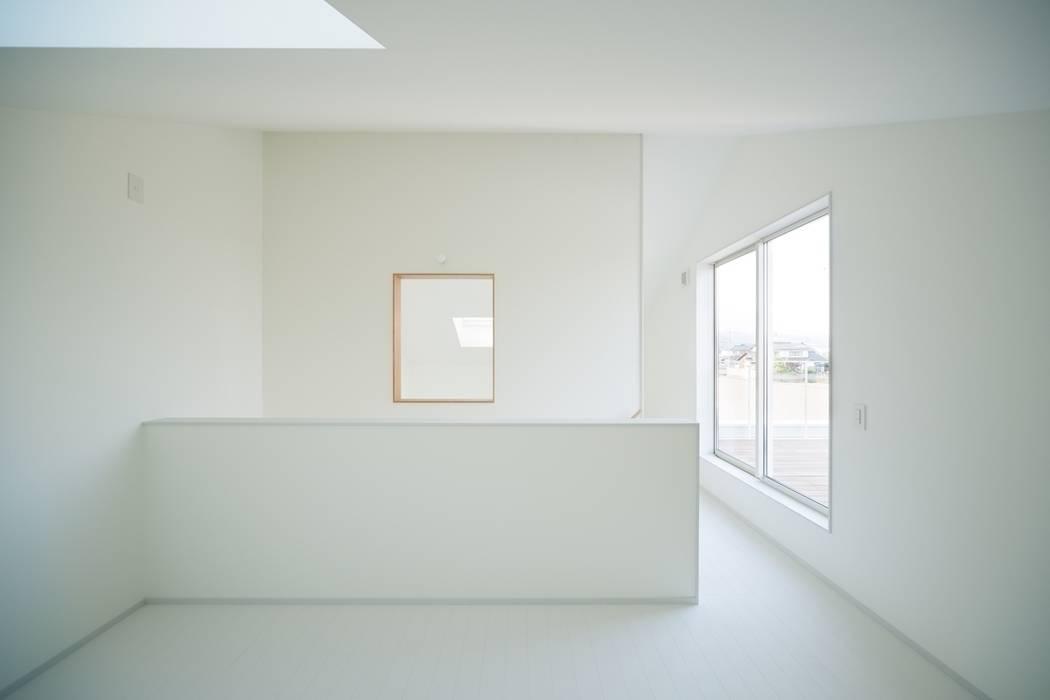 3つの屋根 / Triple Roof モダンデザインの 子供部屋 の 市原忍建築設計事務所 / Shinobu Ichihara Architects モダン