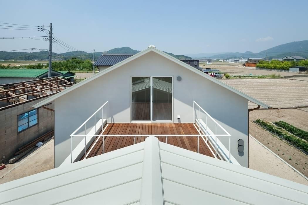 3つの屋根 / Triple Roof 市原忍建築設計事務所 / Shinobu Ichihara Architects モダンデザインの テラス