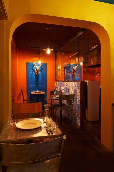 이국적인 패턴타일을 사용한 주방 벽 : Design m4의  레스토랑