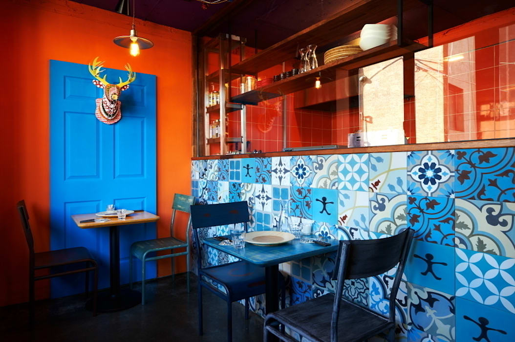 이국적인 패턴타일을 사용한 주방 벽 by Design m4 컨트리