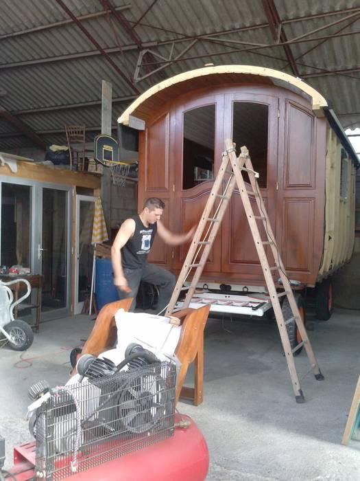 Roulotte en bois : Chambre de style de style Rustique par Art Live
