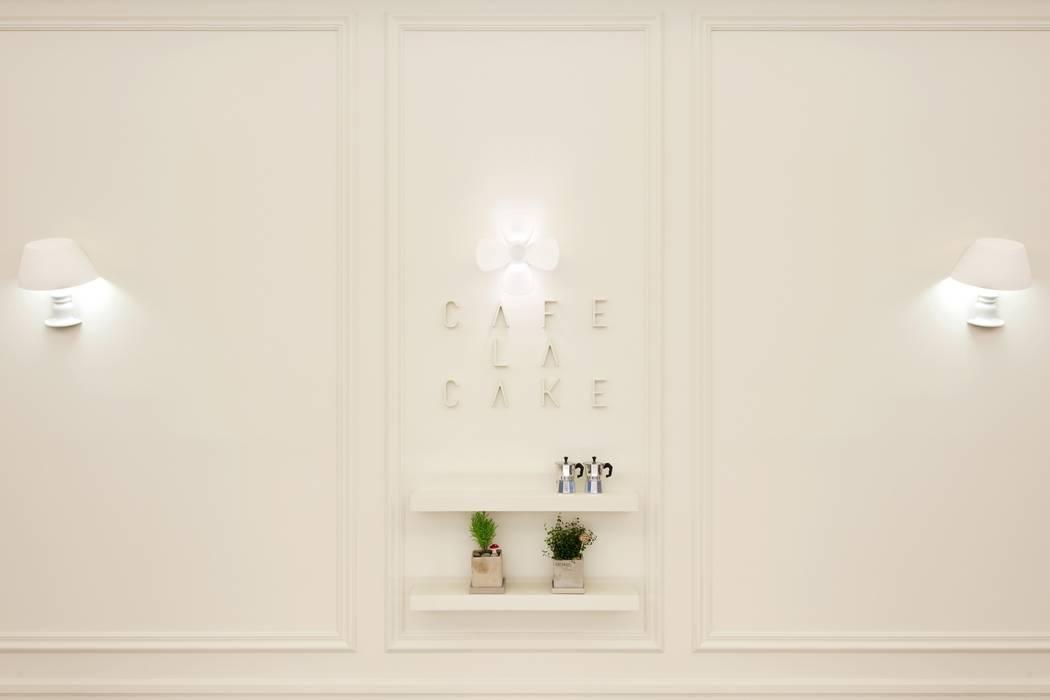 대표로고의 일부인 꽃잎을 이용한 조명: Design m4의  상업 공간,