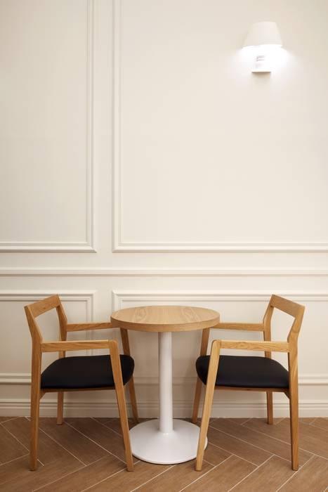 아늑함을 더해주는 테이블 스탠드형태의 조명 : Design m4의  상업 공간