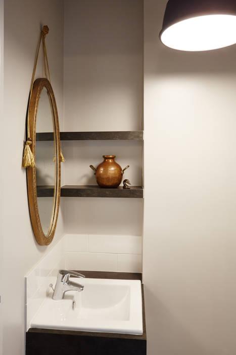 Vasque et miroir: Salle de bains de style  par Fella DESPRES, Décoration D'intérieur.