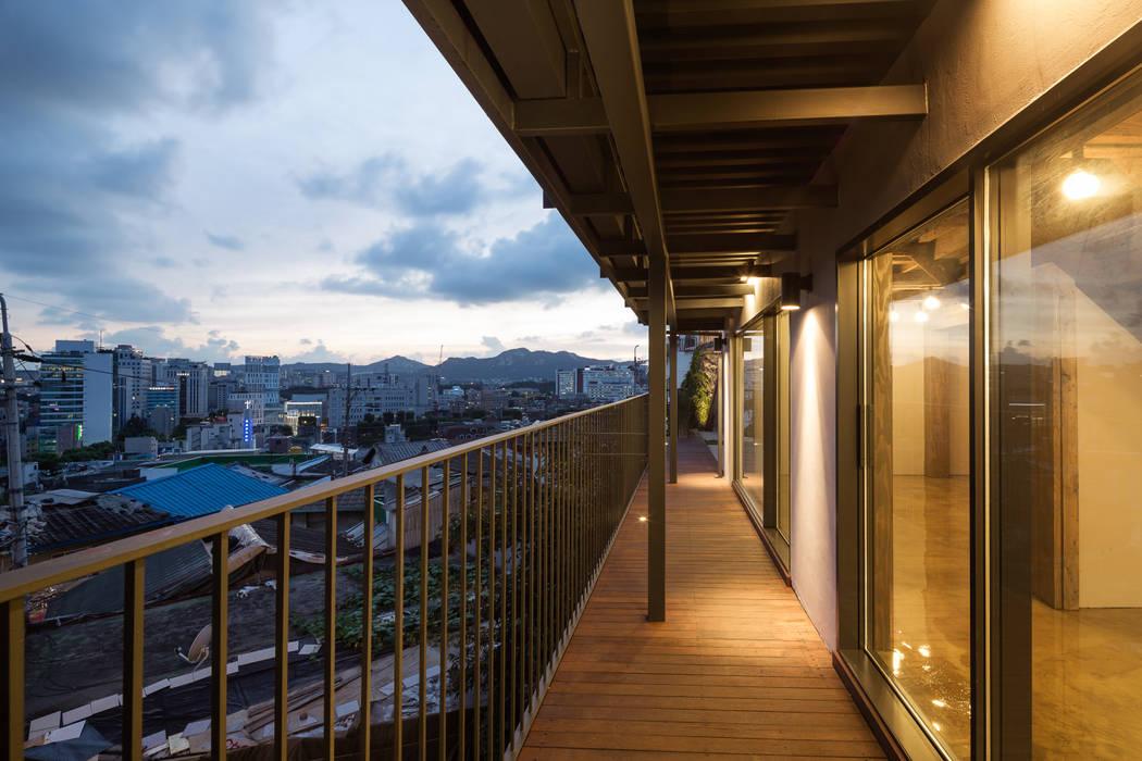 Modern balcony, veranda & terrace by HANMEI - LEECHUNGKEE Modern