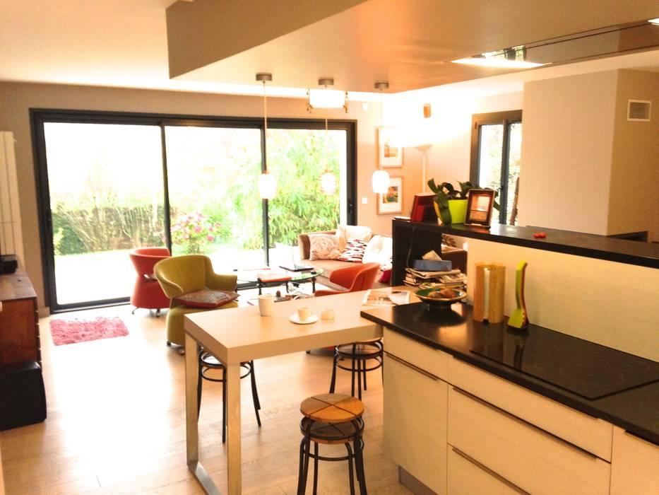 Au coeur de l'action et vue sur le jardin: Cuisine de style de style Moderne par Art'Home