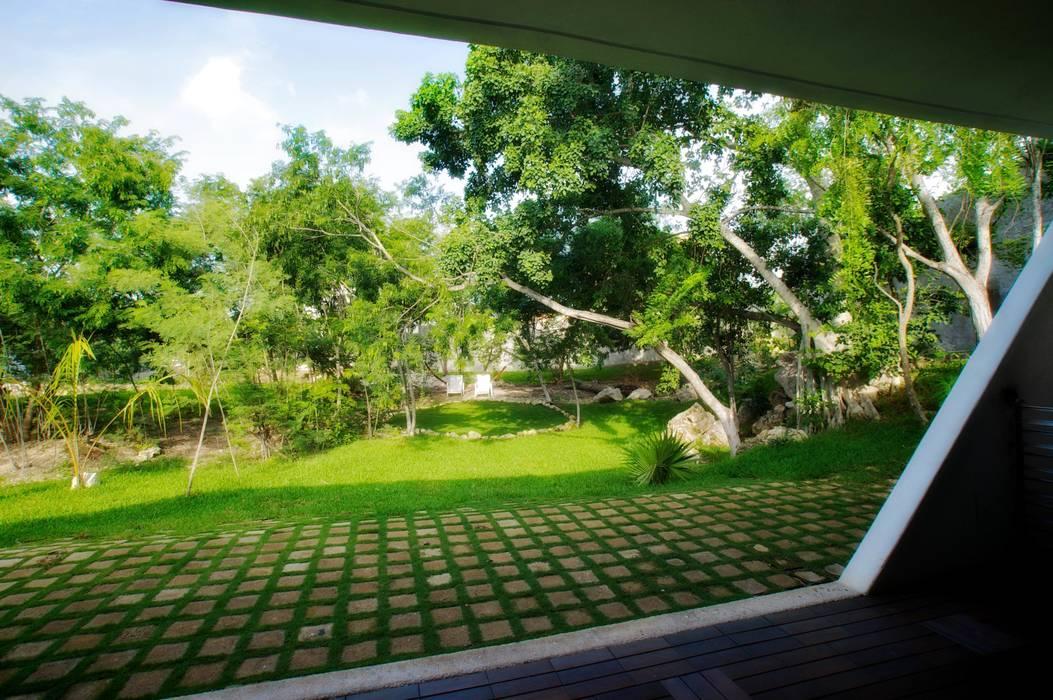 Vista del jardín de acceso Balcones y terrazas modernos de sanzpont [arquitectura] Moderno