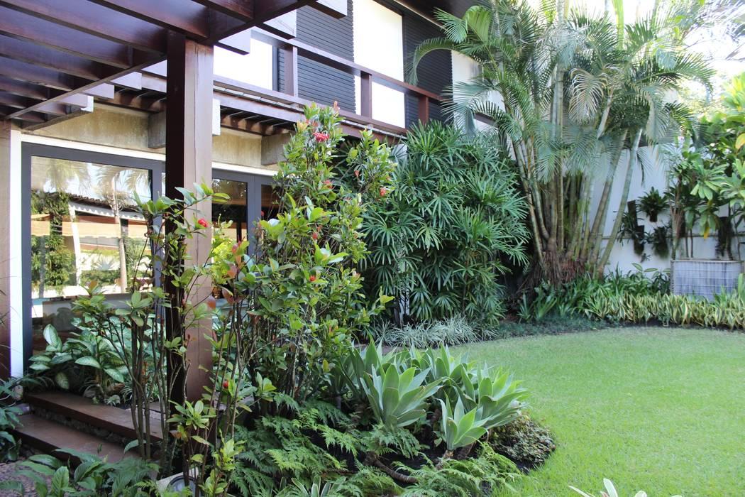 Fachada da residência Jardins tropicais por homify Tropical