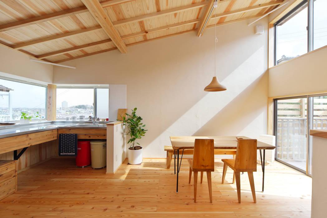 最も心地の良い場所にキッチンとダイニングスペースを配置: 株式会社 建築工房零が手掛けた折衷的なです。,オリジナル