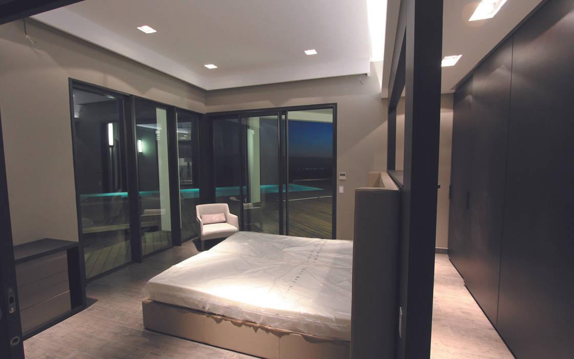 Chambre parentale avec dressing et accès terrasse et piscine: Chambre de style  par les bains et les cuisines d'Alexandre