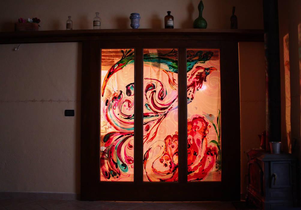 Porta scorrevole dipinta: Soggiorno in stile in stile Mediterraneo di ELISA POSSENTI ART