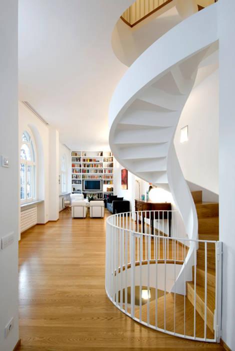 現代風玄關、走廊與階梯 根據 Padi Costruzioni 現代風