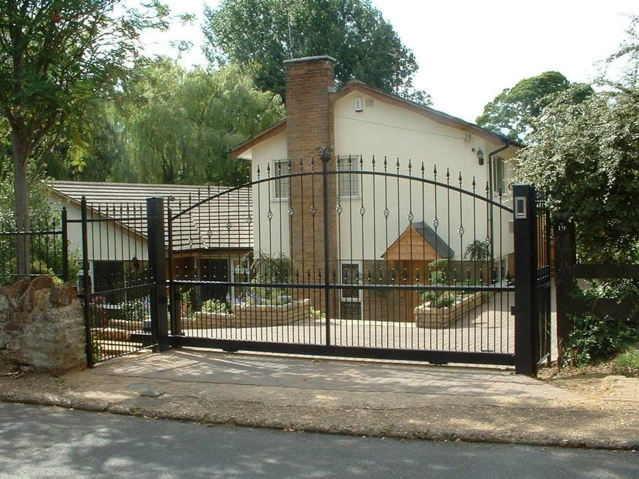 Automatic steel gates AGD Systems Taman Gaya Eklektik