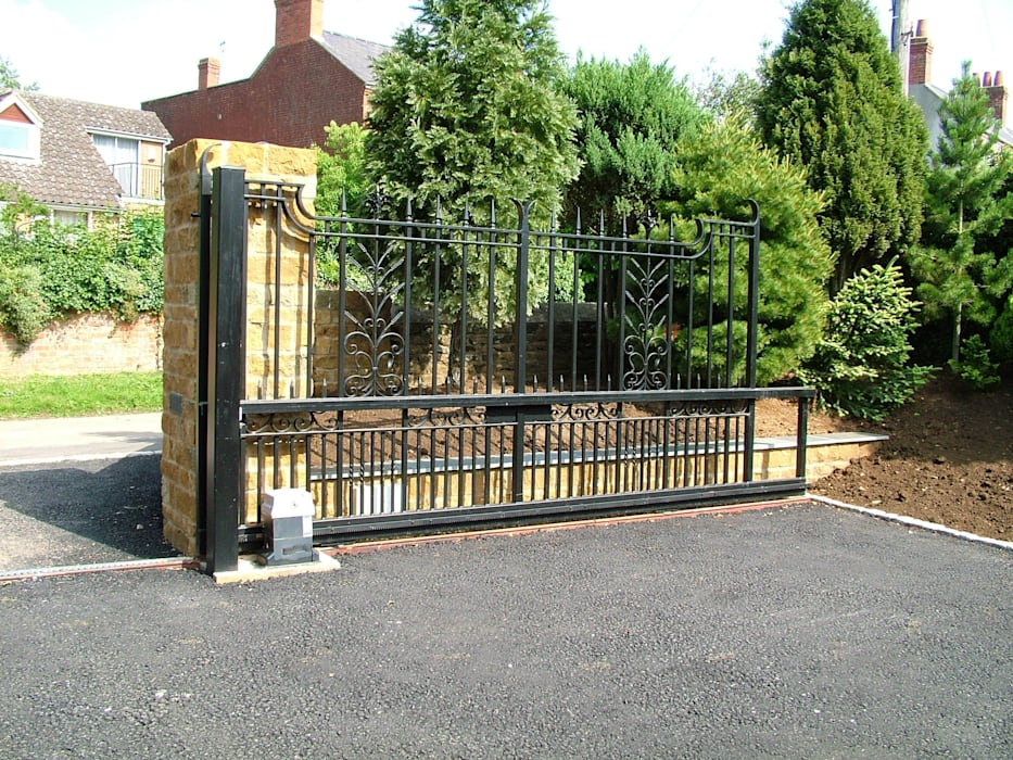 Automatic remote controlled steel sliding gates AGD Systems Eclectic style garage/shed