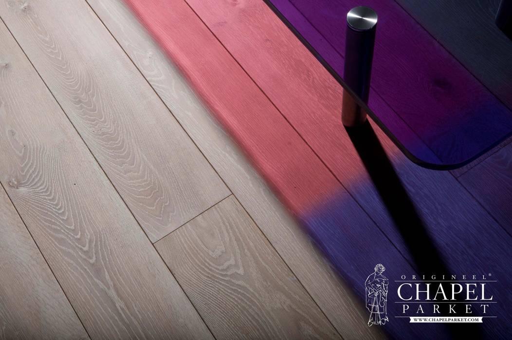 Dębowa podłoga Chapel Parket, kolor Derby: styl , w kategorii Salon zaprojektowany przez Chapel Parket Polska
