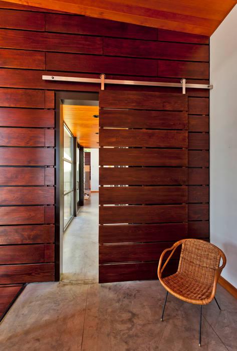 Coeur D'Alene Residence Moderne Fenster & Türen von Uptic Studios Modern