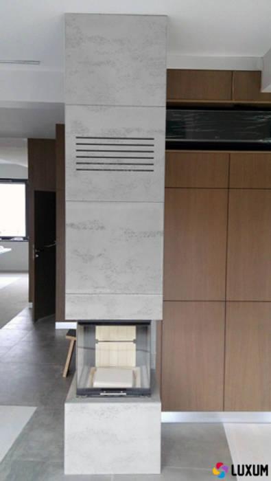 Płyty z betonu na obudowy kominków Nowoczesny salon od Luxum Nowoczesny