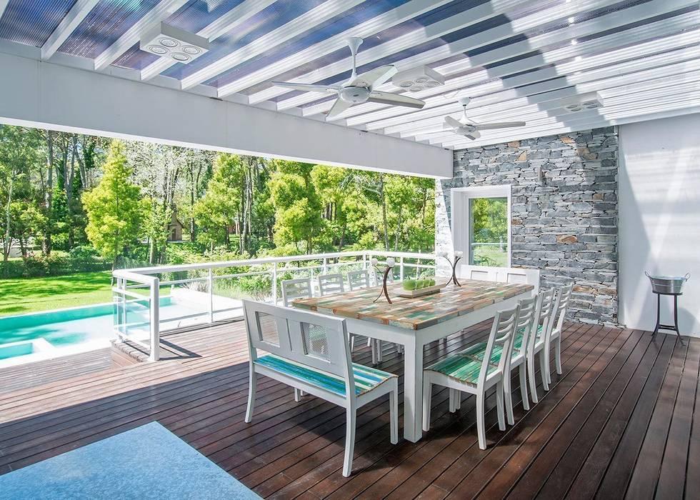 Cariló: Jardines de estilo  por Estudio Sespede Arquitectos