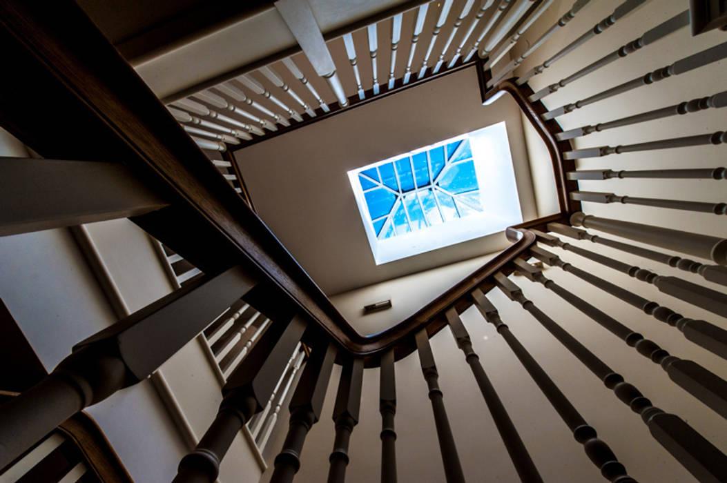 Traditional Cut String painted staircase with an Oak Handrail and carved Brackets. Couloir, entrée, escaliers classiques par Buscott Woodworking Classique