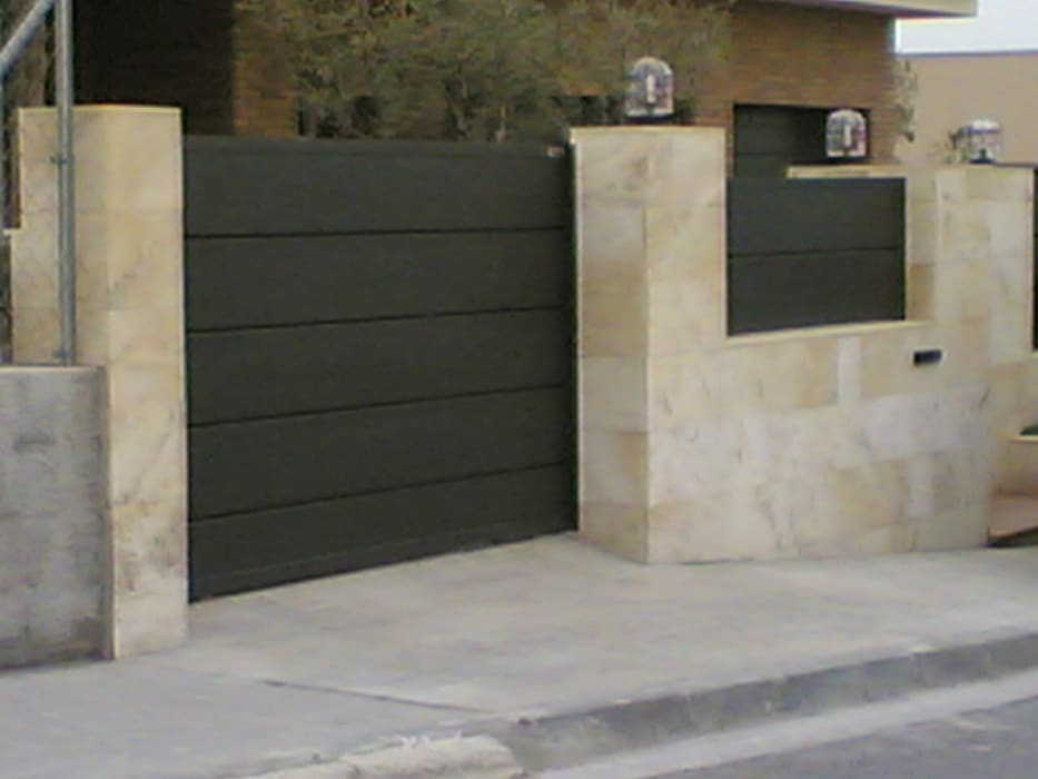 PUERTA CORREDERA Puertas y ventanas de estilo moderno de CIERRES METALICOS AVILA, S.L. Moderno