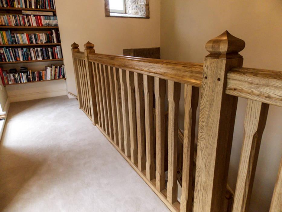 Bespoke Oak Gothic Style stairs 乡村风格的走廊,走廊和楼梯 根據 Buscott Woodworking 鄉村風